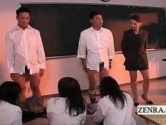 Одетые студентки удовлетворяют голого преподавателя