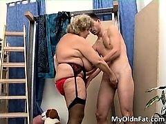 Сексуальная черноволосая шалава сосет жесткий хуй