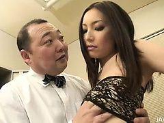 Горячая Nozomi Mashiro управляет старым ебарем