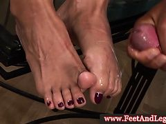 Daria Glower дрочит ногами и получает сперму