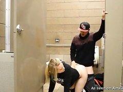 Неопытная девушка трахается с незнакомцем в общественном туалете
