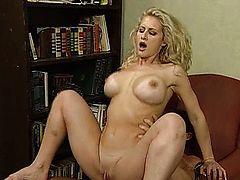 Блондинка с большими сиськами и бритой писькой скачет на члене