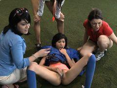 Девушки спортсменки трхахаются на поле