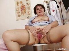 Старая толстая медсестра, удовлетворяющая себя на работе