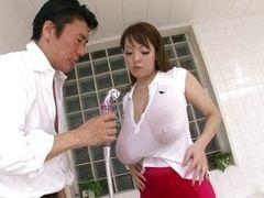 Экзотическая японская красавица поражает своими огромными сиськами