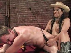 Азиатская мамочка с хлыстом и в ковбойской шляпе заставляет его высосать ее страпон