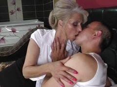 Зрелая шлюха целует молодого соседа в своей кровати