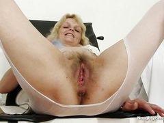 Зрелая белокурая медсестра, мастурбирующая на работе