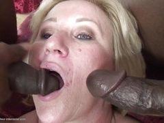 Два больших черных члена для спермы жаждавшей зрелой блондинки