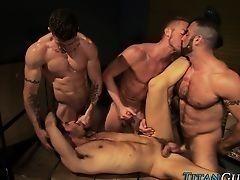 Мускулистые гомосексуалисты трахаются в оргии