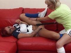 Зрелая тренерша примерно наказывает нерадивую молодую спортсменку
