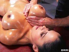 Молодая брюнетка в масле с большой грудью трахается в попку
