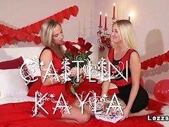 Блондинки лесбиянки лижутся и делают куни в спальне подружки в романтической обстановке