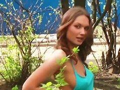 Русская девушка позирует нагая на улицах