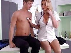 Грудастая медсестра помогает парню расслабиться