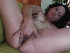 Одинокая зрелая женщина мастурбирует дома!