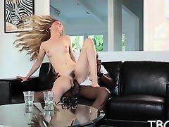 Блондинка с длинными волосами и волосатой пиздой скачет на большом черном члене