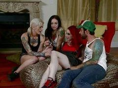 Три татуированных сучки играют с членом