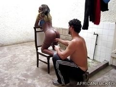 Скрытая камера показывает, что голая негритянка Жасмин жаждет белого хуя