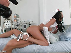 Смотреть порно как красавица медсестра Shalina Divine бешено скачет на пациенте