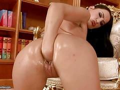 Жопастая порнозвезда Carmen Rose делает себе глубокий фистинг