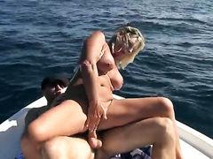 Блондинка с большими титьками оседала член на яхте