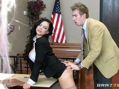 Опытная секретарша наставляет молодого босса