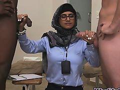 Сексуальная арабка Mia Khalifa дрочит двум межрасовым парням