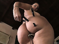 Жопастая Kelly Divine развлекается с секс игрушками