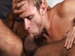 Блондин глубоко берет в рот у волосатого турка
