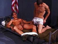 Мускулистые солдаты трахаются на кровати после отбоя