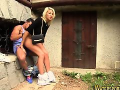 Мускулистый чувак засаживает сзади очаровательной блондинке во дворе