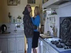 Зрелая жена изменяет мужу на кухне