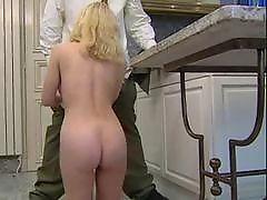 Жена блондинки долбится в кухне