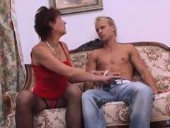 Худая старушка в чулках берет в рот у молодого блондина