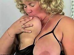 Зрелая толстуха блондинка играет со своей большой грудью