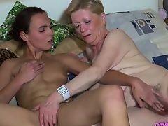 Молодая лесбиянка с маленькими сиськами дрочится пальцами бабулей