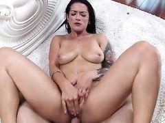 Брюнетка Katrina Jade находит парня горячим и берет его толстый член