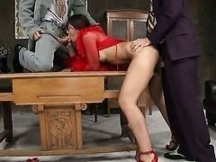 Офисная шлюха обслуживает на столе двух парней