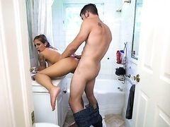 Сильный парень дрючит девушку раком на стиралке в ванной