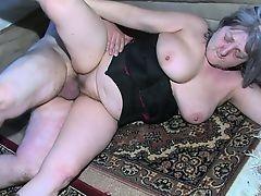 Пышная полная медсестра мастурбирует со старой бабулей