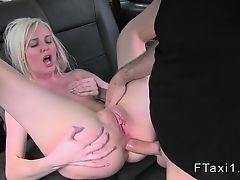 Блондинка трахается в первый раз анально в такси