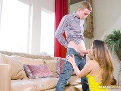 молодая жена дарит глубокий минет стоя на коленях