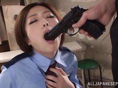 азиатка сосет ствол пистолета а потом будет сосать ствол мужика