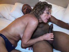 зрелая тетка сосет внушительный черный хуй пока муж на работе
