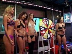 Голые девушки крутят колесо на утреннем шоу
