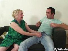 Старая мамаша решает любые проблемы с жестким молодым членом