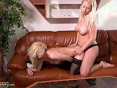 Молодая лесбиянка трахается со зрелой возлюбленной со страпоном