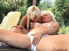 Старая и молодая лесбиянки и обе возбужденные