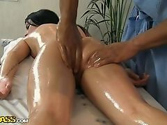 Сексуальная смазанная задница брюнеткиа расслабляется